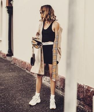 Как и с чем носить: светло-коричневый плащ, черный укороченный топ, черные велосипедки, белые кроссовки