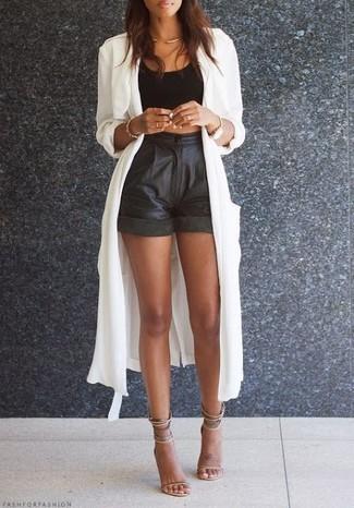 Как и с чем носить: белый легкий плащ, черный укороченный топ, черные кожаные шорты, бежевые кожаные босоножки на каблуке