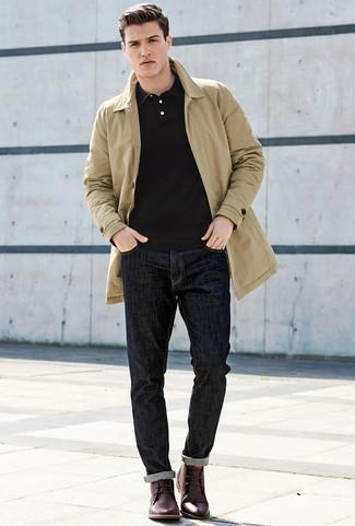 Как и с чем носить: светло-коричневый плащ, черная футболка-поло, темно-синие джинсы, темно-красные кожаные ботинки дезерты