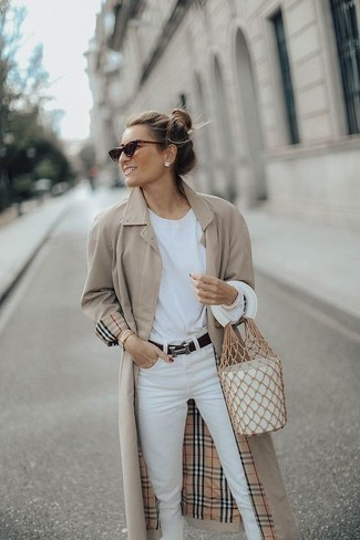 Как и с чем носить: бежевый плащ, белая футболка с длинным рукавом, белые джинсы, белая кожаная сумка-мешок