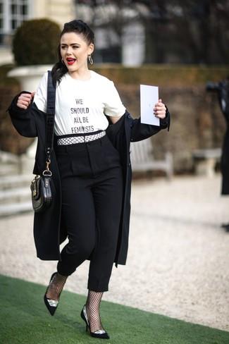 Как и с чем носить: черный плащ, бело-черная футболка с круглым вырезом с принтом, черные брюки-галифе, черно-белые замшевые туфли