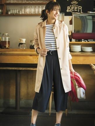Как и с чем носить: светло-коричневый плащ, бело-темно-синяя футболка с круглым вырезом в горизонтальную полоску, черные брюки-кюлоты, темно-синие высокие кеды из плотной ткани