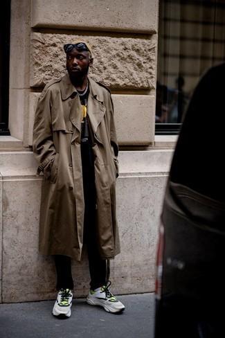 Мода для 30-летних мужчин: Коричневый плащ и черные брюки чинос гармонично впишутся в любой мужской образ — непринужденный будничный образ или же элегантный вечерний. Любишь смелые решения? Тогда закончи свой образ бело-зелеными кроссовками.