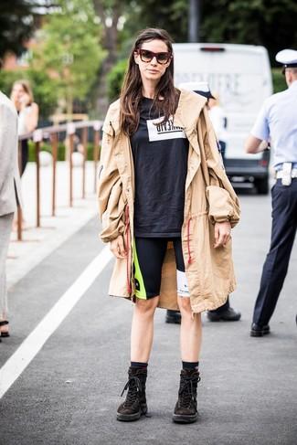Как и с чем носить: светло-коричневый плащ, черно-белая футболка с круглым вырезом с принтом, черные велосипедки с принтом, темно-коричневые замшевые ботинки на шнуровке
