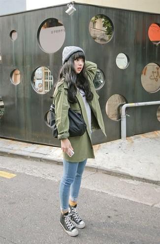 Как и с чем носить: зеленый плащ, серая футболка с круглым вырезом, голубые джинсы скинни, черно-белые высокие кеды