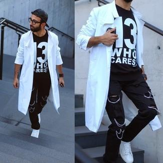 Белый плащ прекрасно сочетается с черными рваными джинсами. Если говорить об обуви, белые низкие кеды станут классным выбором.