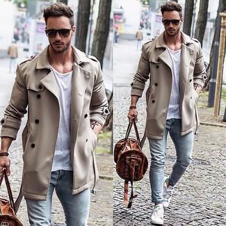 Белая футболка с круглым вырезом и голубые зауженные джинсы — необходимые вещи в гардеробе мужчины с чувством стиля. Если ты не боишься экспериментировать, на ноги можно надеть белые низкие кеды.
