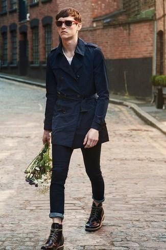 Темно-синие зауженные джинсы: с чем носить и как сочетать мужчине: Несмотря на свою легкость, образ из темно-синего плаща и темно-синих зауженных джинсов приходится по вкусу стильным мужчинам, а также покоряет сердца женского пола. В сочетании с этим образом наиболее гармонично будут смотреться темно-пурпурные кожаные повседневные ботинки.