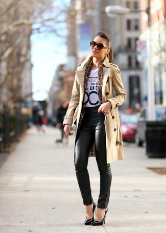 Как и с чем носить: светло-коричневый плащ, бело-черная футболка с круглым вырезом с принтом, черные кожаные узкие брюки, черные кожаные туфли