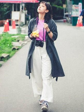 Как и с чем носить: темно-серый плащ, ярко-розовая футболка с круглым вырезом, белые широкие брюки, разноцветные кроссовки