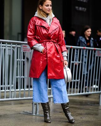 Как и с чем носить: красный кожаный плащ, серый худи, голубые джинсовые брюки-кюлоты, оливковые кожаные сапоги