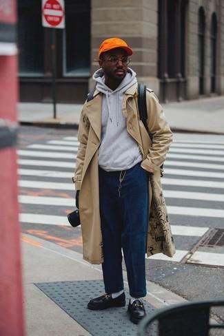 Как и с чем носить: бежевый плащ, серый худи, темно-синие вельветовые джинсы, черные кожаные лоферы