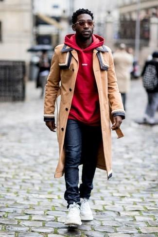 Как и с чем носить: светло-коричневый плащ, красный худи, темно-синие джинсы, белые кроссовки