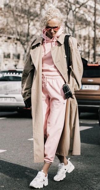 Как и с чем носить: бежевый плащ, розовый худи, розовые спортивные штаны, белые кроссовки