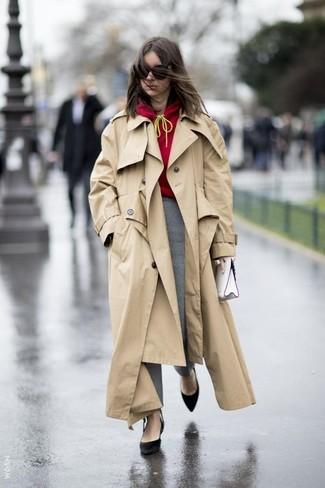 Как и с чем носить: светло-коричневый плащ, красный худи, серые узкие брюки в шотландскую клетку, черные замшевые туфли