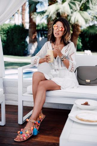 Как и с чем носить: белое пляжное платье с люверсами, черный бикини-топ, разноцветные кожаные гладиаторы, оранжевые солнцезащитные очки