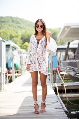 Как и с чем носить: белое пляжное платье крючком, черный бикини-топ, черные трусики бикини, белые кожаные босоножки на каблуке
