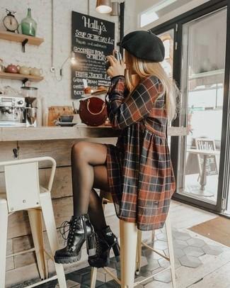 Как и с чем носить: коричневое повседневное платье в клетку, черные кожаные ботильоны на шнуровке, темно-красная кожаная сумочка, черный берет
