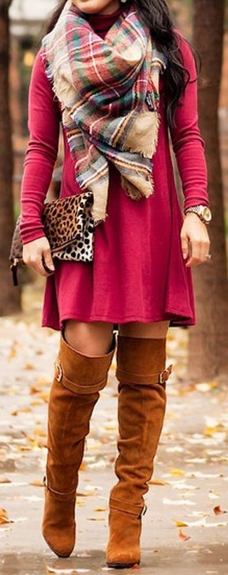Как и с чем носить: красное повседневное платье, табачные замшевые ботфорты, светло-коричневый замшевый клатч с леопардовым принтом, разноцветный шарф в шотландскую клетку