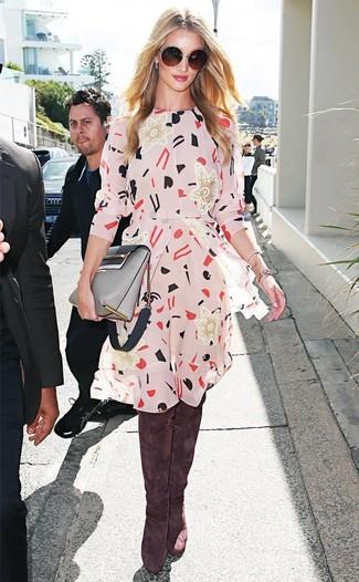 Как и с чем носить: бежевое повседневное платье с принтом, коричневые замшевые ботфорты, серая кожаная сумка через плечо, темно-коричневые солнцезащитные очки