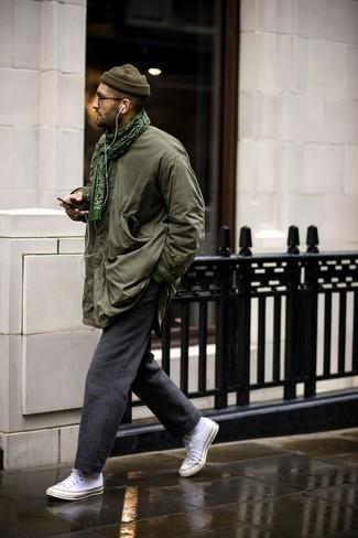 Темно-серые шерстяные брюки чинос: с чем носить и как сочетать: Практичное сочетание оливковой полевой куртки и темно-серых шерстяных брюк чинос поможет подчеркнуть твою индивидуальность и выгодно выделиться из серой массы. Этот лук выгодно дополнят белые низкие кеды из плотной ткани.