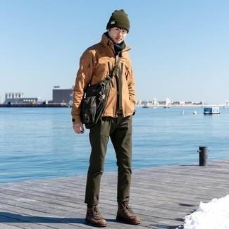 Мода для подростков парней: Светло-коричневая полевая куртка и оливковые брюки чинос надежно закрепились в гардеробе современных мужчин, помогая создавать запоминающиеся и стильные луки. Такой ансамбль легко приспособить к повседневным нуждам, если закончить его коричневыми замшевыми рабочими ботинками.