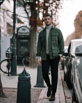 Как и с чем носить: темно-зеленая полевая куртка, серая водолазка, черные брюки чинос, черные кожаные туфли дерби