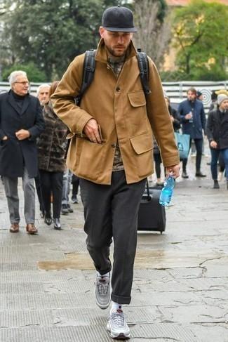 Серые кроссовки: с чем носить и как сочетать мужчине: Светло-коричневая полевая куртка выглядит прекрасно с темно-серыми брюками чинос. Закончи лук серыми кроссовками, если боишься, что он получится слишком консервативным.