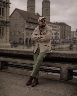 Мужские луки: Лук из бежевой полевой куртки и оливковых брюк чинос позволит выглядеть аккуратно, а также выразить твой личный стиль. Любители модных экспериментов могут закончить образ темно-коричневыми замшевыми повседневными ботинками, тем самым добавив в него толику классики.