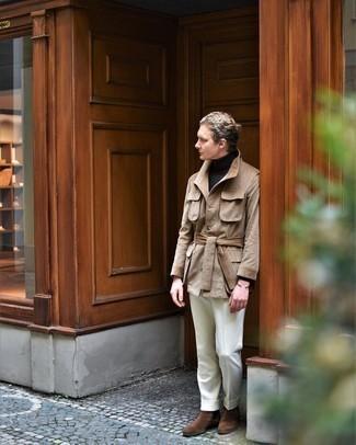 С чем носить светло-коричневую полевую куртку: Несмотря на то, что этот лук довольно классический, лук из светло-коричневой полевой куртки и белых классических брюк неизменно нравится стильным мужчинам, непременно пленяя при этом дамские сердца. Вкупе с этим луком чудесно будут смотреться коричневые замшевые ботинки челси.