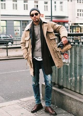 С чем носить светло-коричневую полевую куртку: Если ты делаешь ставку на комфорт и практичность, светло-коричневая полевая куртка и темно-синие рваные джинсы — хороший выбор для расслабленного повседневного мужского лука. Хочешь сделать ансамбль немного элегантнее? Тогда в качестве обуви к этому луку, обрати внимание на темно-коричневые кожаные низкие кеды.