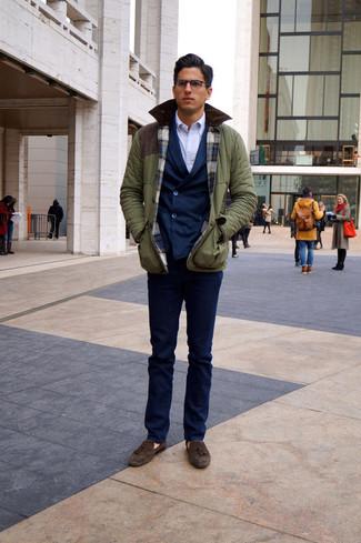 Как и с чем носить: оливковая полевая куртка, темно-синий двубортный пиджак, белая классическая рубашка, темно-синие классические брюки