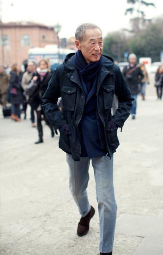 Как и с чем носить: темно-синяя полевая куртка, темно-синий шерстяной двубортный пиджак, серые классические брюки, темно-коричневые замшевые ботинки дезерты