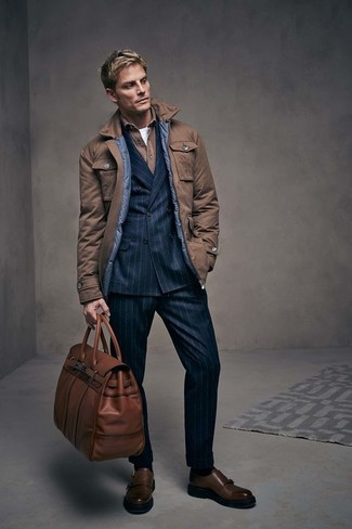 Как и с чем носить: коричневая полевая куртка, черный двубортный пиджак в вертикальную полоску, коричневая рубашка с длинным рукавом, белая футболка с круглым вырезом