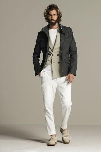 Как и с чем носить: темно-серая полевая куртка, бежевый двубортный пиджак, белая футболка с круглым вырезом, белые брюки чинос