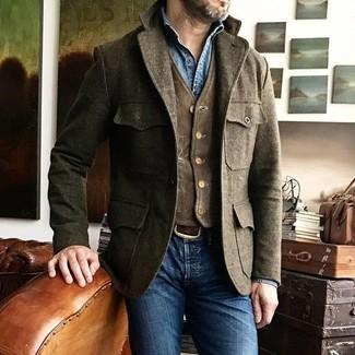 Как и с чем носить: коричневая шерстяная полевая куртка, темно-коричневый вельветовый жилет, синяя джинсовая рубашка, синие зауженные джинсы