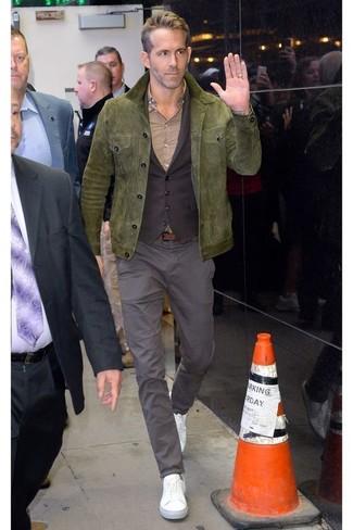 Как и с чем носить: оливковая замшевая полевая куртка, темно-коричневый жилет, бежевая классическая рубашка, серые брюки чинос