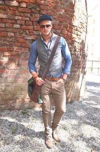 Как и с чем носить: оливковая полевая куртка, серый жилет, голубая рубашка с длинным рукавом из жатого хлопка, бежевые классические брюки в клетку
