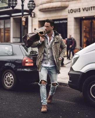 Как и с чем носить: оливковая полевая куртка, серый вязаный кардиган, белая рубашка с длинным рукавом, голубые рваные зауженные джинсы