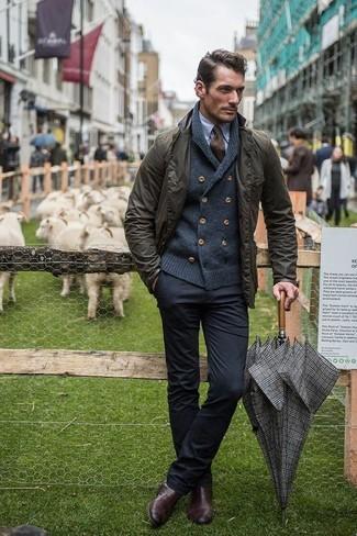 Как и с чем носить: оливковая полевая куртка, темно-серый кардиган с отложным воротником, голубая классическая рубашка, черные брюки чинос