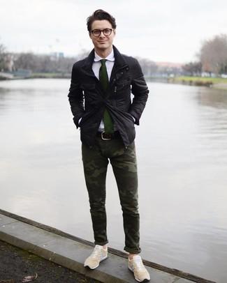 Как и с чем носить: черная полевая куртка, белая классическая рубашка, темно-зеленые брюки чинос с камуфляжным принтом, бежевые низкие кеды