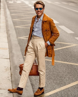 Как и с чем носить: табачная замшевая полевая куртка, бело-темно-синяя классическая рубашка в вертикальную полоску, бежевые брюки чинос, табачные замшевые лоферы с кисточками
