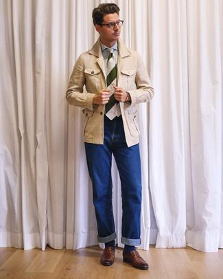 Как и с чем носить: бежевая льняная полевая куртка, бело-синяя классическая рубашка в вертикальную полоску, синие джинсы, коричневые кожаные лоферы