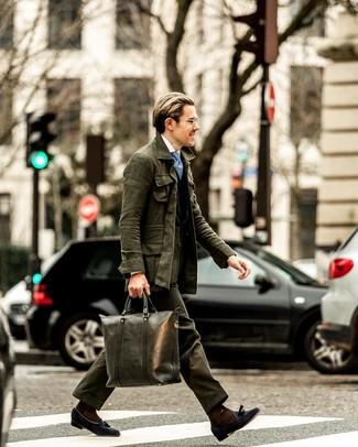 Голубой галстук с принтом: с чем носить и как сочетать мужчине: Несмотря на то, что этот лук весьма классический, лук из темно-зеленой полевой куртки и голубого галстука с принтом всегда будет по душе джентльменам, покоряя при этом сердца противоположного пола. Теперь почему бы не привнести в повседневный лук немного консерватизма с помощью темно-синих замшевых лоферов с кисточками?