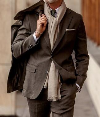 Как и с чем носить: темно-коричневая кожаная полевая куртка, темно-коричневый костюм, белая классическая рубашка, темно-зеленый галстук