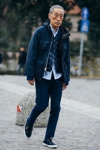 Модные мужские луки 2020 фото: Несмотря на то, что этот образ довольно классический, дуэт темно-синей полевой куртки и темно-синих классических брюк всегда будет выбором стильных мужчин, неизбежно покоряя при этом сердца прекрасных дам. Любишь дерзкие сочетания? Тогда закончи свой ансамбль темно-синими низкими кедами из плотной ткани.