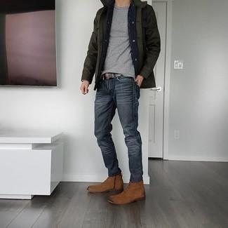 С чем носить коричневые замшевые повседневные ботинки мужчине: Сочетание темно-зеленой полевой куртки и темно-серых джинсов поможет составить незаезженный мужской лук в расслабленном стиле. Весьма неплохо здесь выглядят коричневые замшевые повседневные ботинки.