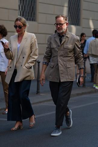 Как и с чем носить: коричневая полевая куртка, бело-красно-синяя рубашка с длинным рукавом в шотландскую клетку, черные брюки чинос, серые низкие кеды
