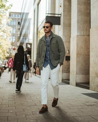 Как и с чем носить: оливковая полевая куртка, темно-синяя рубашка с длинным рукавом из шамбре, белые брюки чинос, темно-коричневые замшевые лоферы