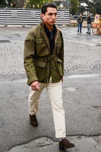 Черный шарф: с чем носить и как сочетать мужчине: Такое простое и комфортное сочетание базовых вещей, как оливковая полевая куртка с камуфляжным принтом и черный шарф, полюбится мужчинам, которые любят проводить дни активно. Любители свежих идей могут завершить образ темно-коричневыми замшевыми туфлями дерби, тем самым добавив в него немного строгости.